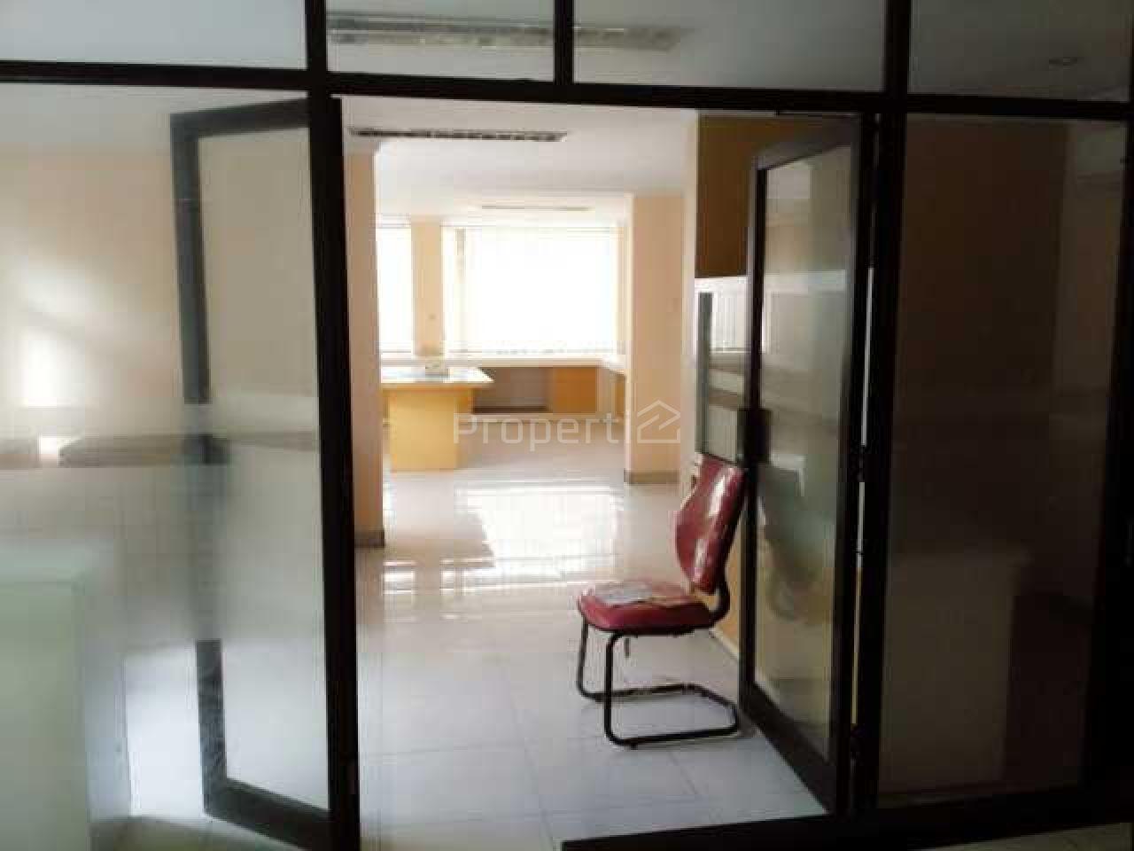 Gedung Kantor Unfinished di Matraman, Jakarta Timur