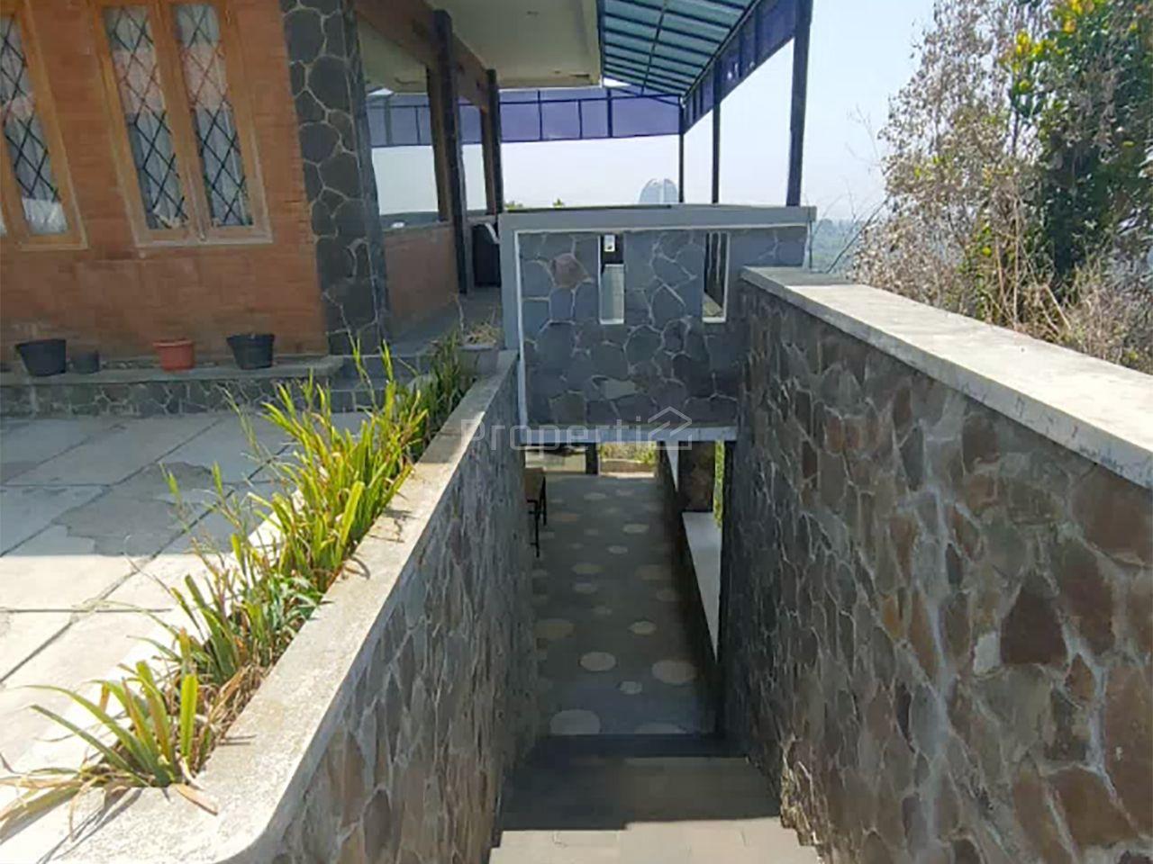 Rumah Luas di Ciumbuleuit, Jawa Barat