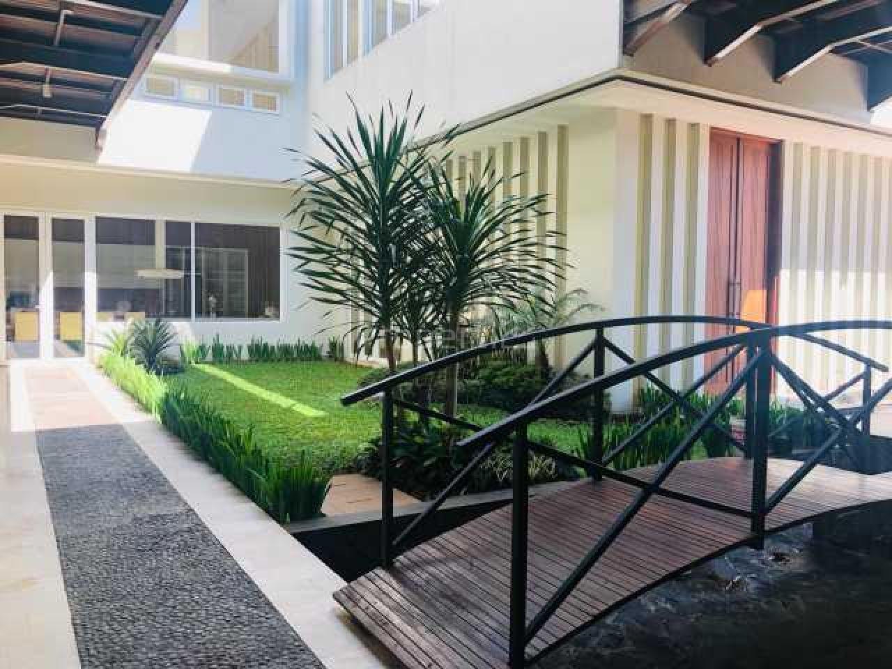 Rumah Mewah 2,5 Lantai Semi Furnished di Batununggal, Jawa Barat