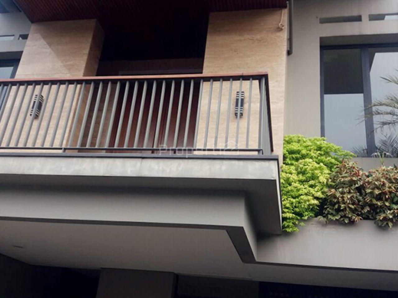 Rumah Mewah Baru dengan Kolam Renang di Menteng, DKI Jakarta