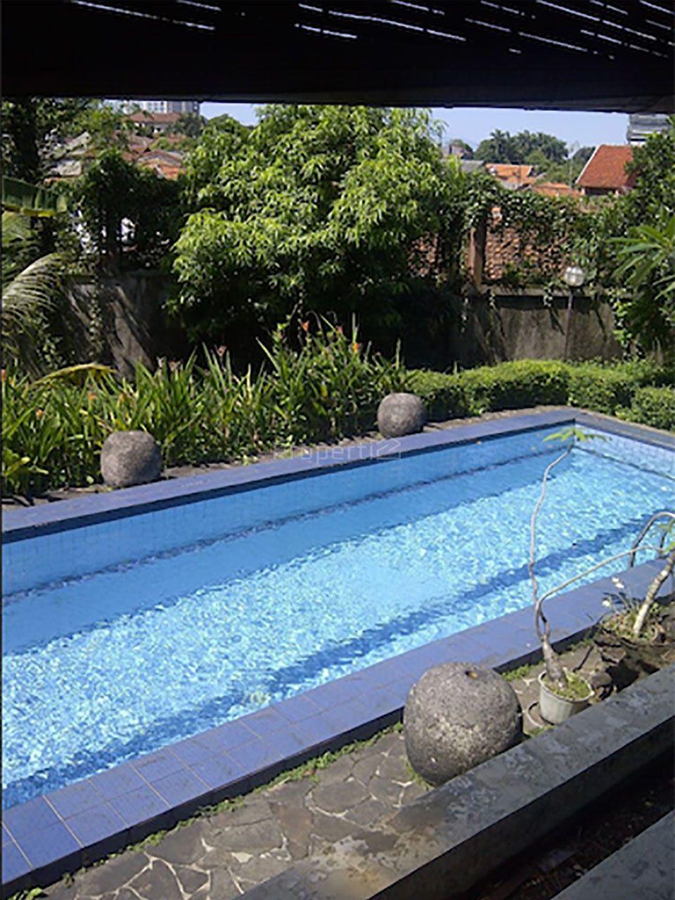 Rumah Mewah dengan Kolam Renang di Jati Padang, DKI Jakarta