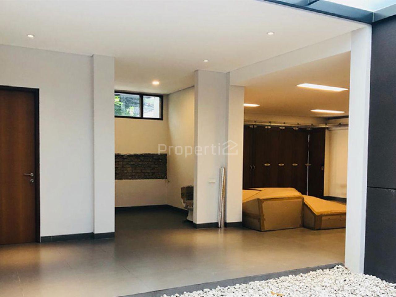 Rumah Mewah Baru dengan Taman Luas di Area Utama Cipaganti, Coblong