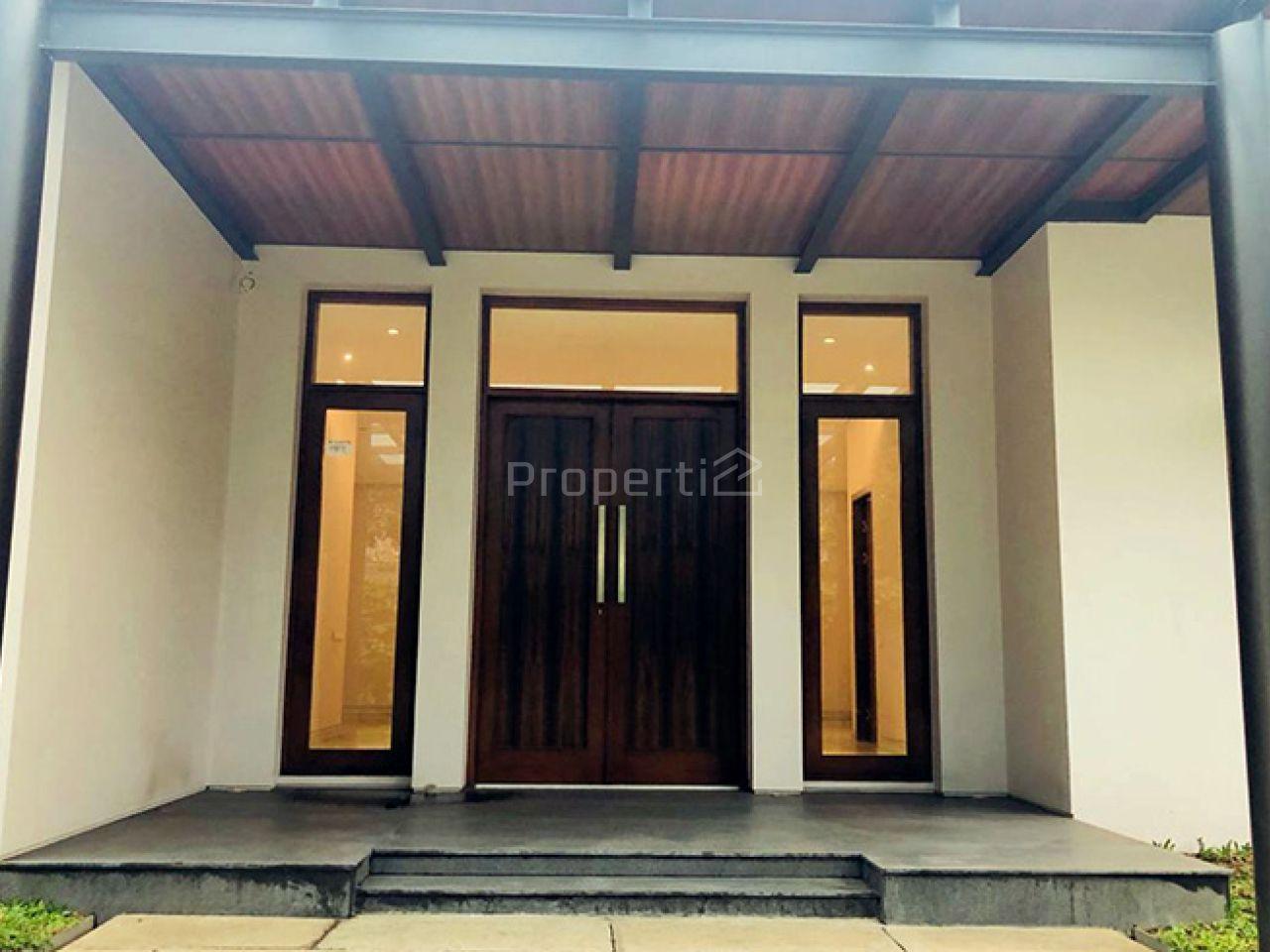 Rumah Mewah Baru dengan Taman Luas di Area Utama Cipaganti, Jawa Barat