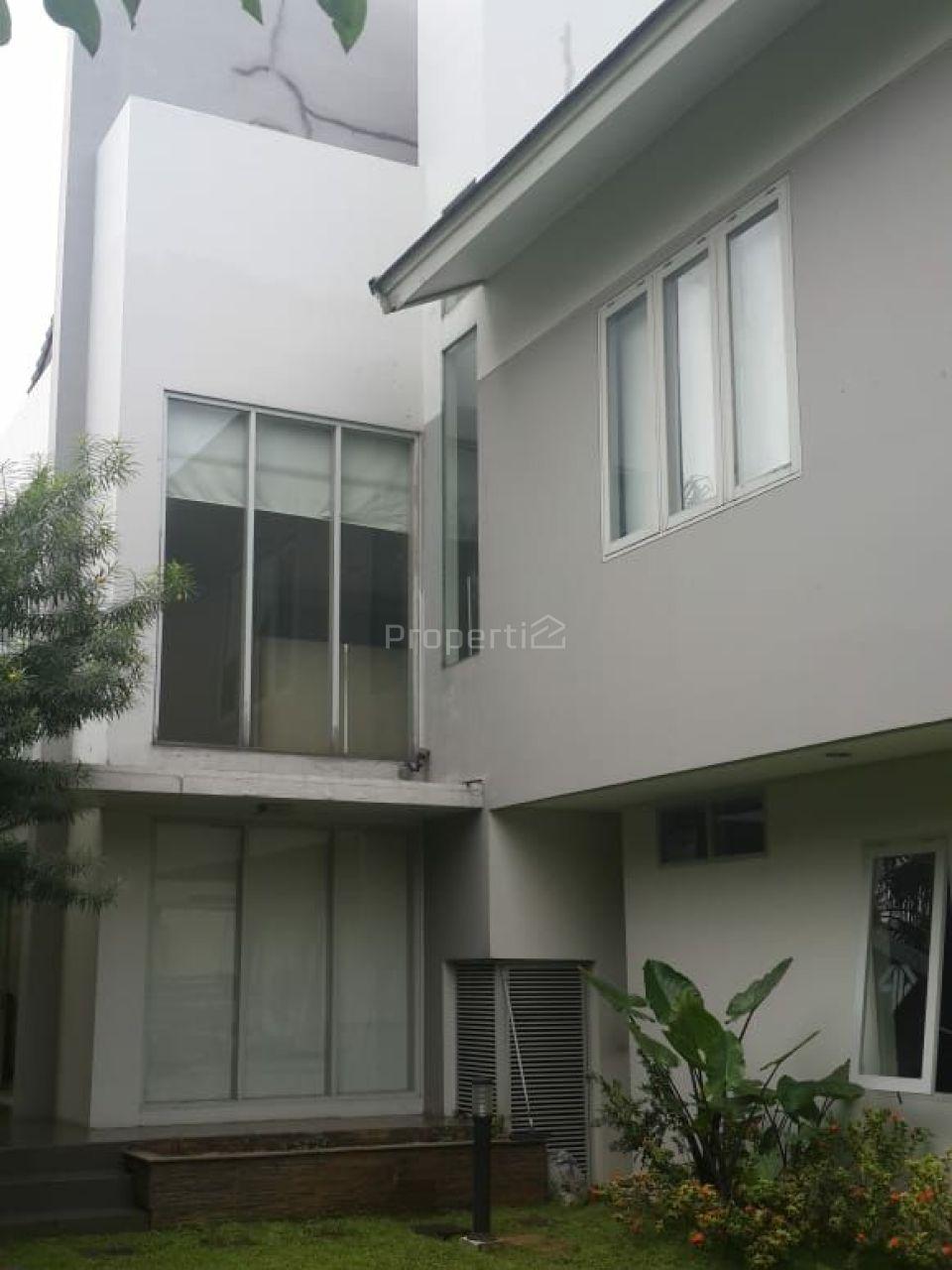 Middle City House in Patal Senayan, Kebayoran Lama