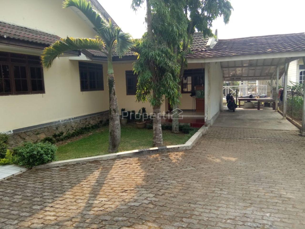 Rumah Villa dengan Taman Luas di Cisarua, Bogor, Jawa Barat