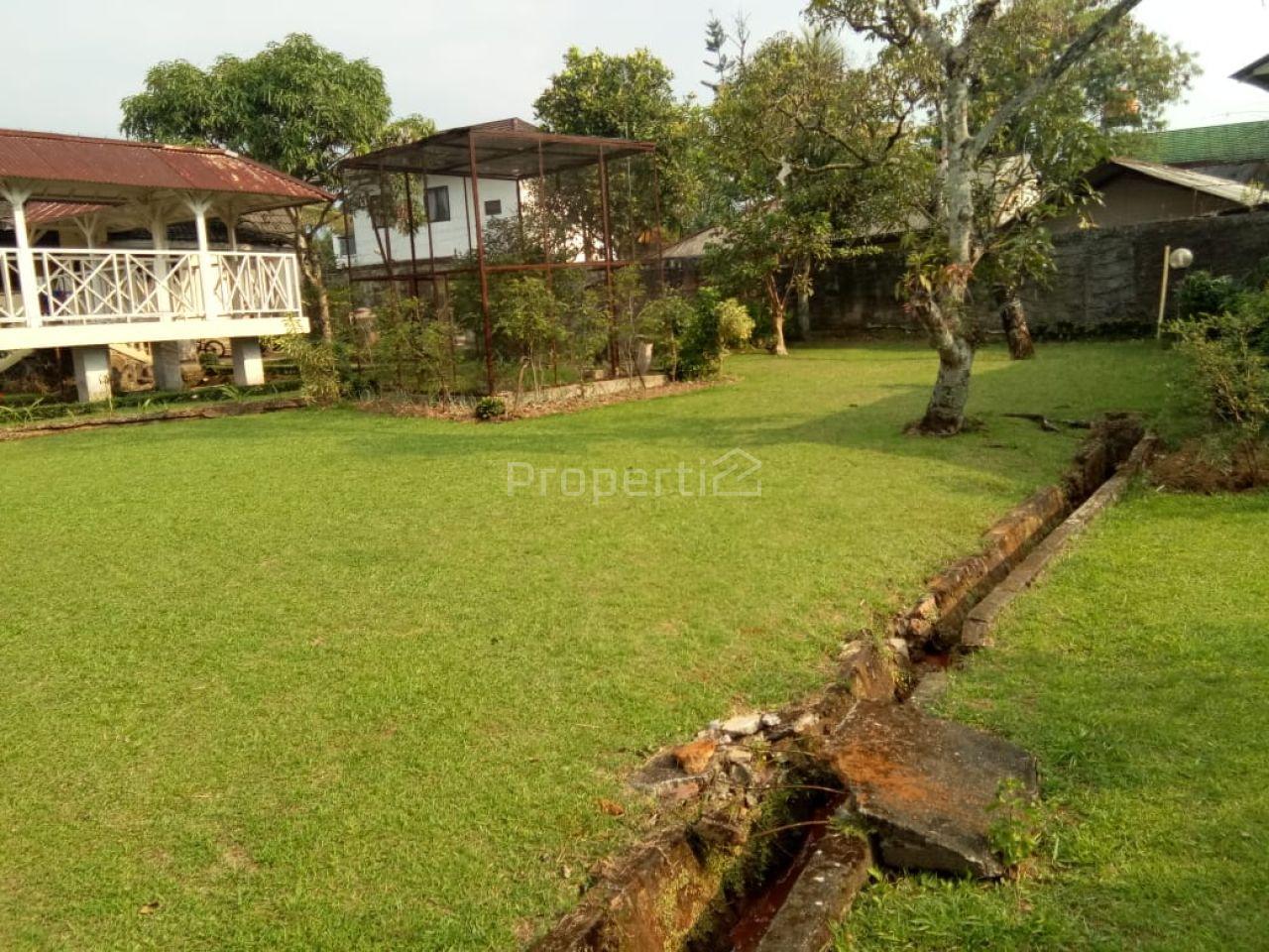 Rumah Villa dengan Taman Luas di Cisarua, Bogor, Cisarua
