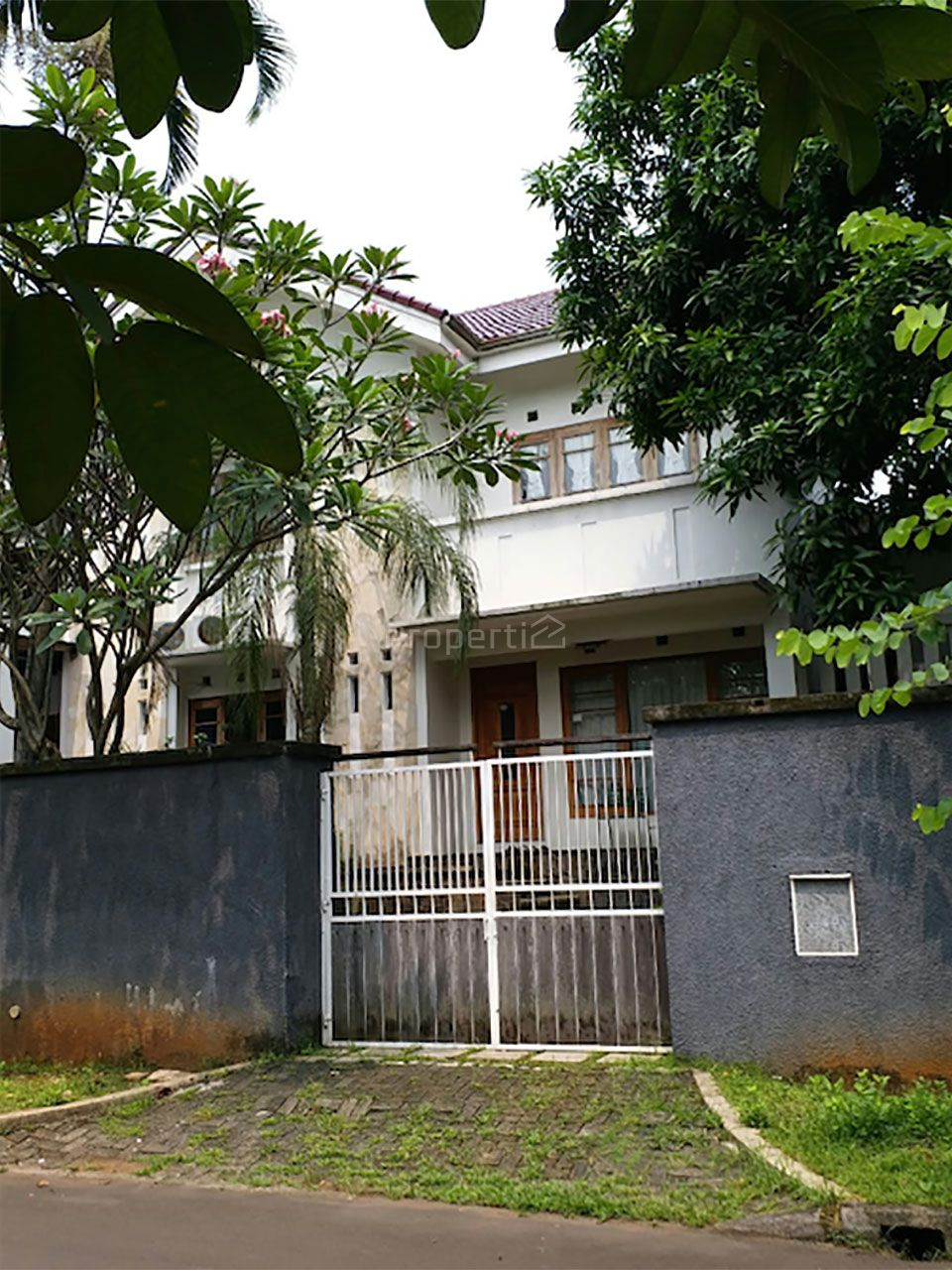 Modern House with Swimming Pool in Serpong, Banten