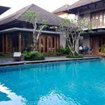 Rumah Mewah 2 Lantai dengan Pool dan Taman Luas dalam Kompleks