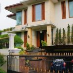 Luxury House with Spacious Garden & Swimming Pool in Cinere
