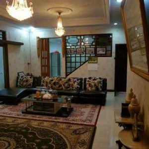 Rumah 1,5 Lantai dengan Taman Luas di Otista