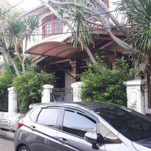 Rumah 2 Lantai dengan Taman dan Halaman Belakang di Tomang