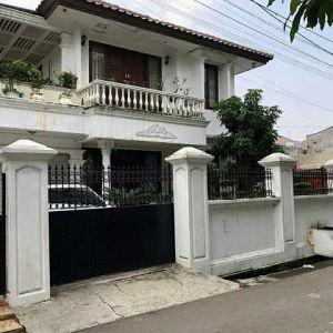 Rumah Besar 2 Lantai yang Strategis di Tomang