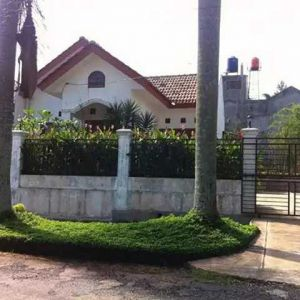 Rumah dengan Halaman dan Taman Luas di Kota Depok