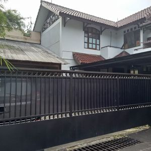 Rumah Mewah dengan Kolam Renang di Jati Padang