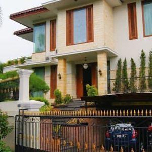 Rumah Mewah dengan Taman Luas & Kolam Renang di Cinere