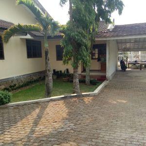 Rumah Villa dengan Taman Luas di Cisarua, Bogor